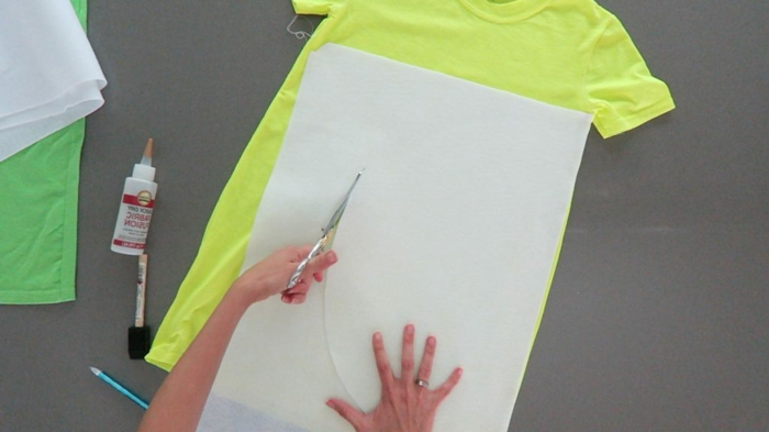 ein Blatt Papier von denen einen Halbkreis ausgeschnitten wird, Halloween Kostüm selber machen