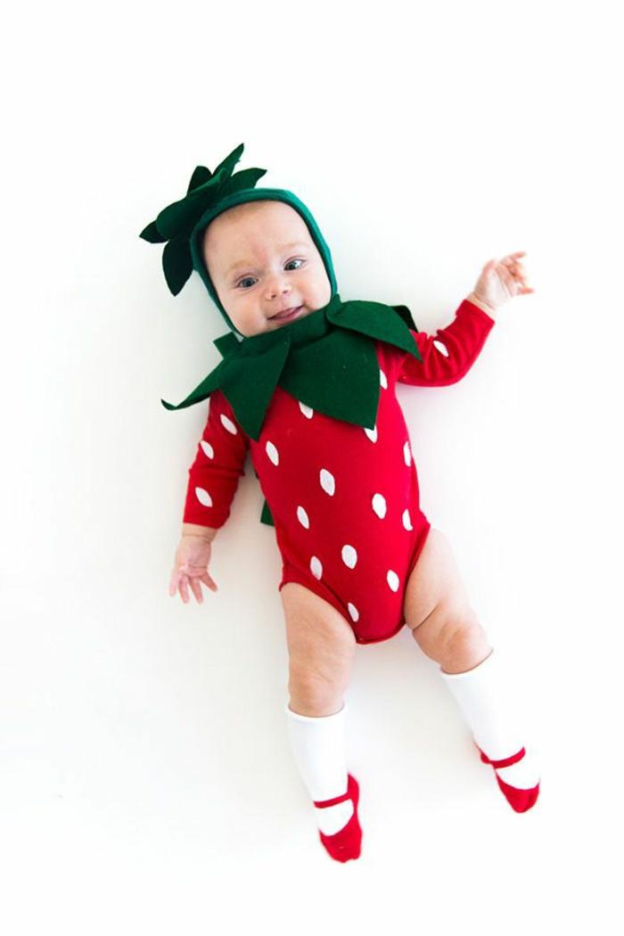 eine niedliche Erdbeere, grüne Mütze und grüner Kragen, ein roter Babybody mit weißen Tupfen, Halloween Kostüm selber machen