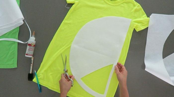 Zitrone aus einer gelben Bluse mit weißen Halbkreis, Halloween Kostüm selber machen