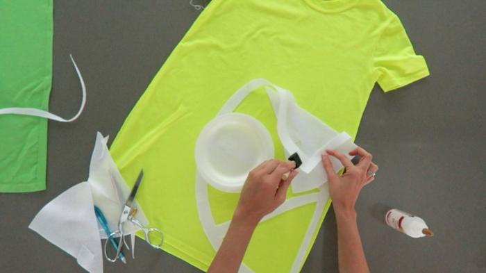 eine gelbe Bluse, wie Sie das weiße Papier befetigen, um eine Zitrone zu gestalten, Halloween Kostüm selber machen