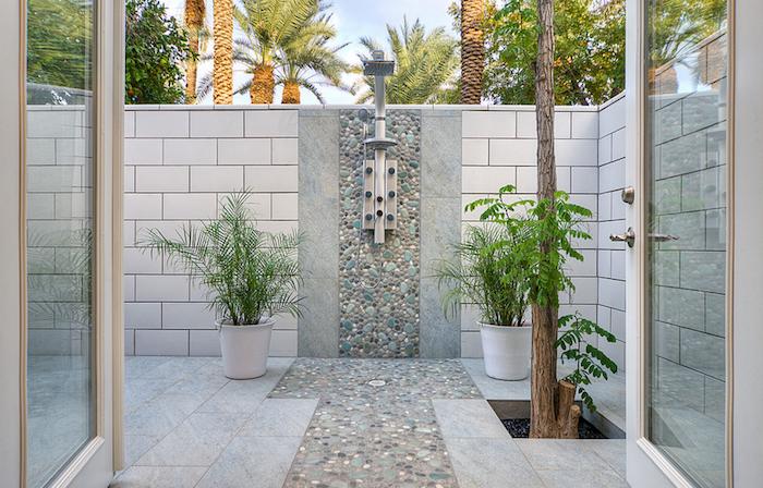 palmen mit grünen blättern, v für gartendusche selber bauen, zwei weiße blumentöpfe mit grünen pflanzen, sichtschutz aus weißen fliesen