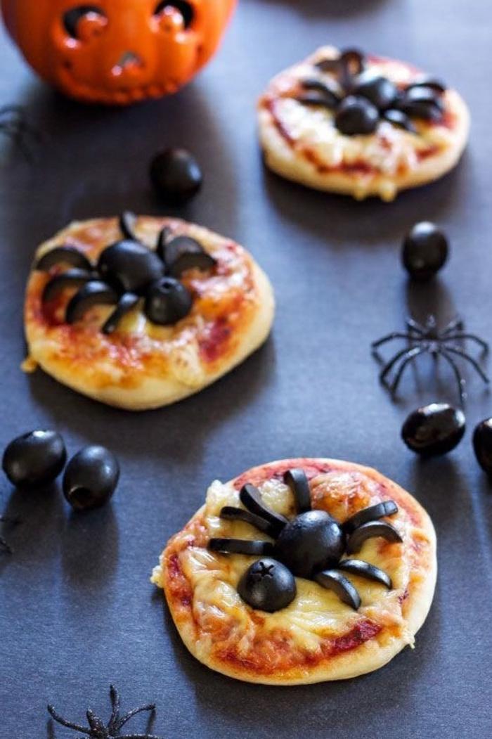 Käsebrötchen mit Oliven, drei Käsebrötchen, die Spinnen darstellen, Halloween Snack Ideen