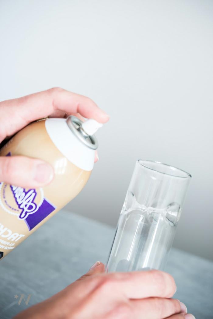 Benutzen Sie Spritz Klebstoff, damit Sie die Vase mit Gitter zu bekleben, Ideen für Hochzeit