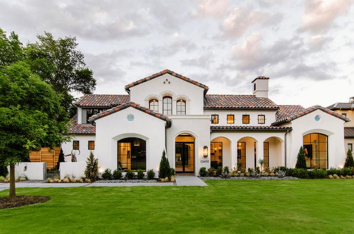amerikanischer traum, haus gestaltung und look in weiß mit perfektem grünen feld im vordergarten, grundriss einfamilienhaus