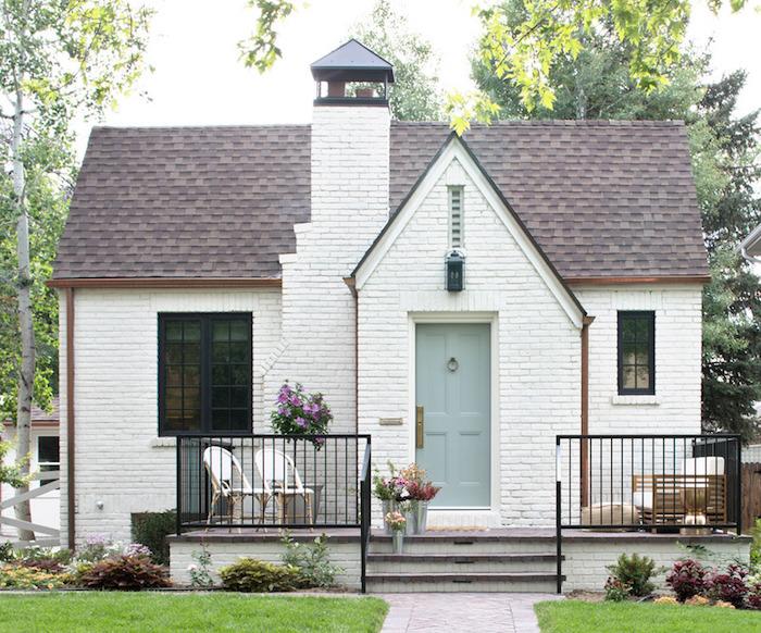 einfamilienhaus bauen ist eine herausforderung, aber wenn sie es tun lassen sie das haus so stilvoll aussehen, weißes haus shabby deko mit frischen blumen
