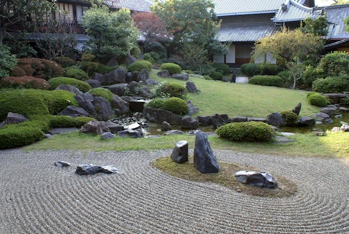 haus mit einem grünen rasen und vielen grauen und schwarzen steinen und einem gartenteich, steingarten bilder