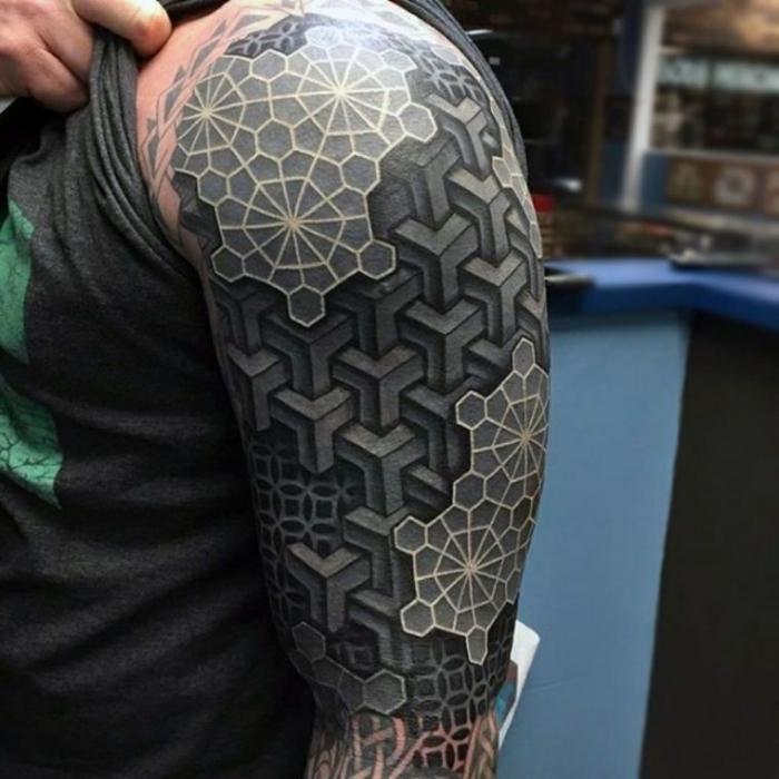 tattoo 3d, mann mit detaillierter tätowierung mit geometrischen motiven in schwarz und weiß