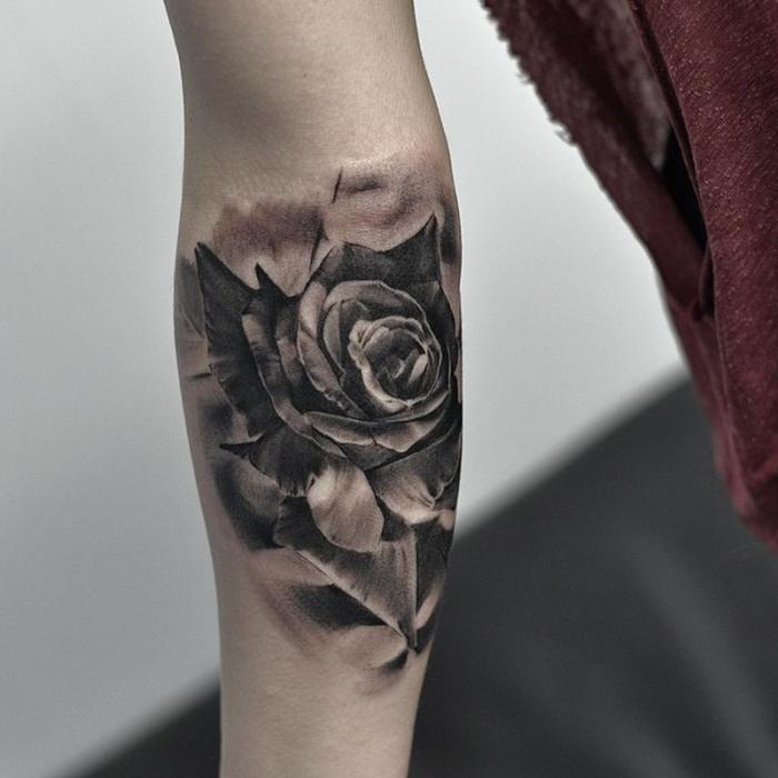 tattoo bilder arm, frau mit schwarz grauer tötowierung mit rose motiv, blume