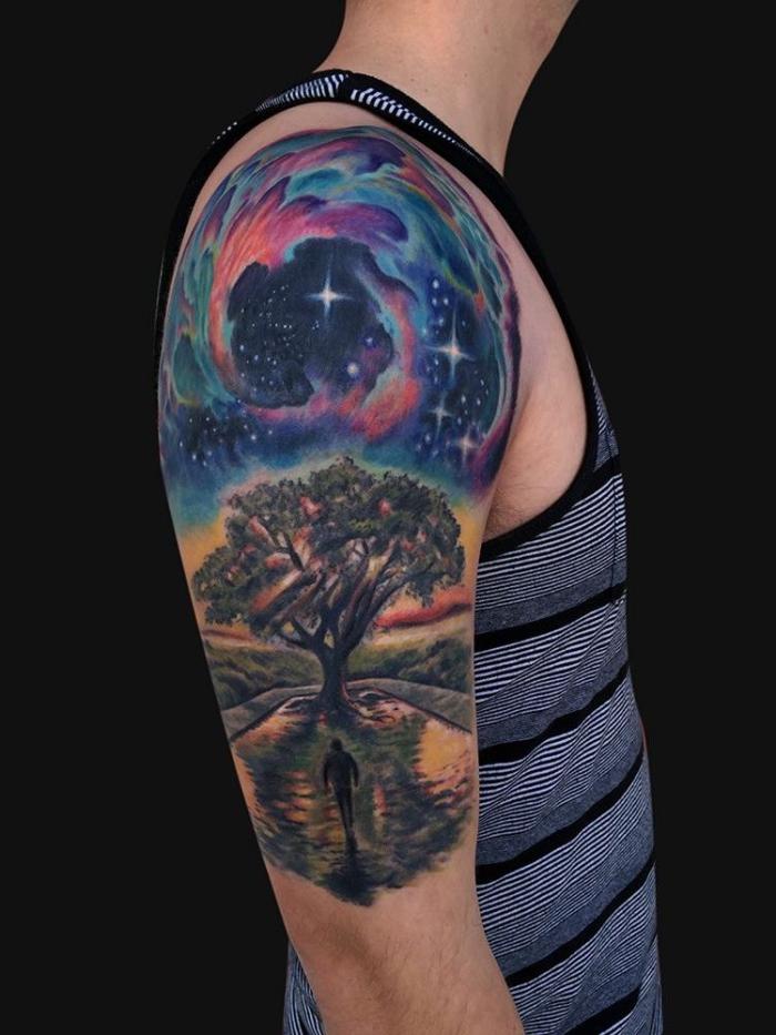tattoo bilder arm, landschaft mit großem baum und see, himmel mit vielen sternen, mann