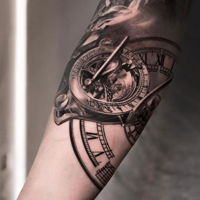 tattoo bilder arm, schwarz graue sonnenuhr am unterarm, tätowierung mit 3d motiv
