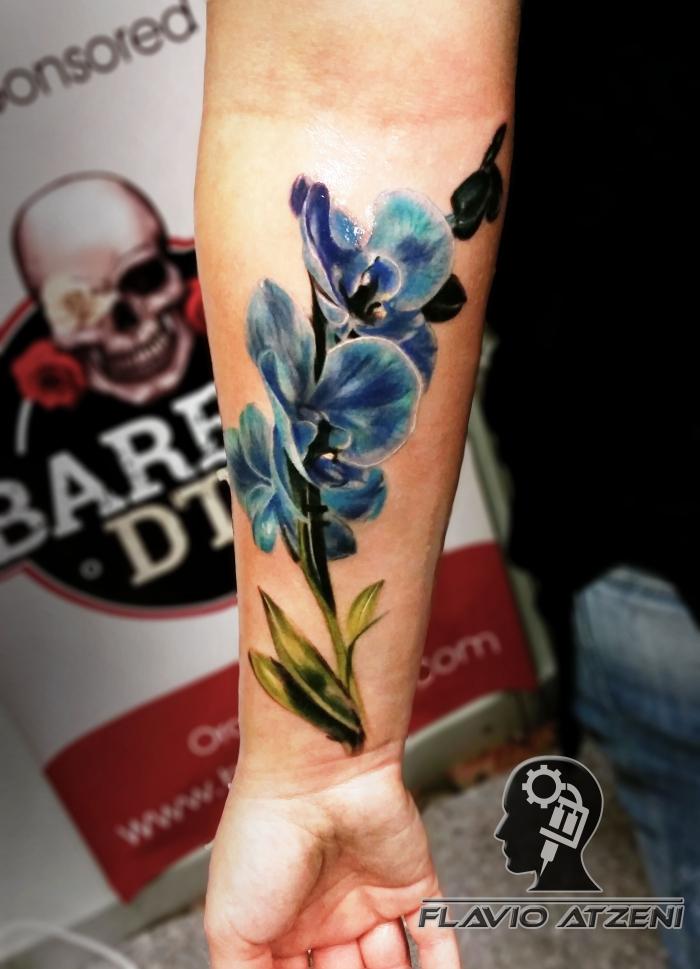 tattoo bilder arm, realitische tätowierung mit blauer ochidee als motiv, unterarm