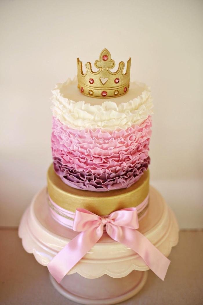 Tauftorte für Mädchen mit drei Cremen, goldene Krone mit Steinen aus Fondant, rosafarbene Schleife
