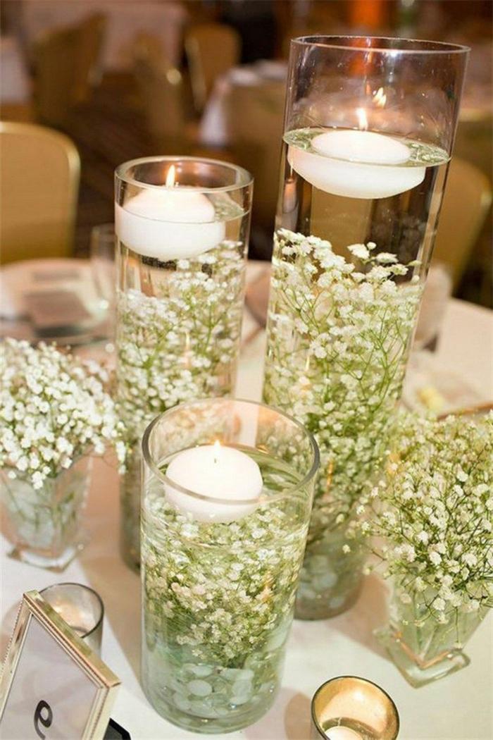 hohe Vasen mit weißen Blumen und Teelichter, die ober senken, alles für die Hochzeit