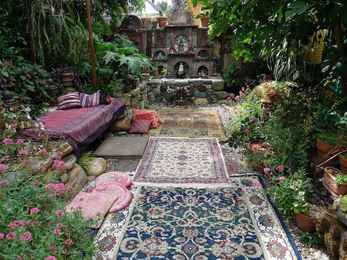 steingarten bilder mit einem garten mit teppichen und einem bett mit roter decke und rotten kissen, pflanzen als sichtschutz