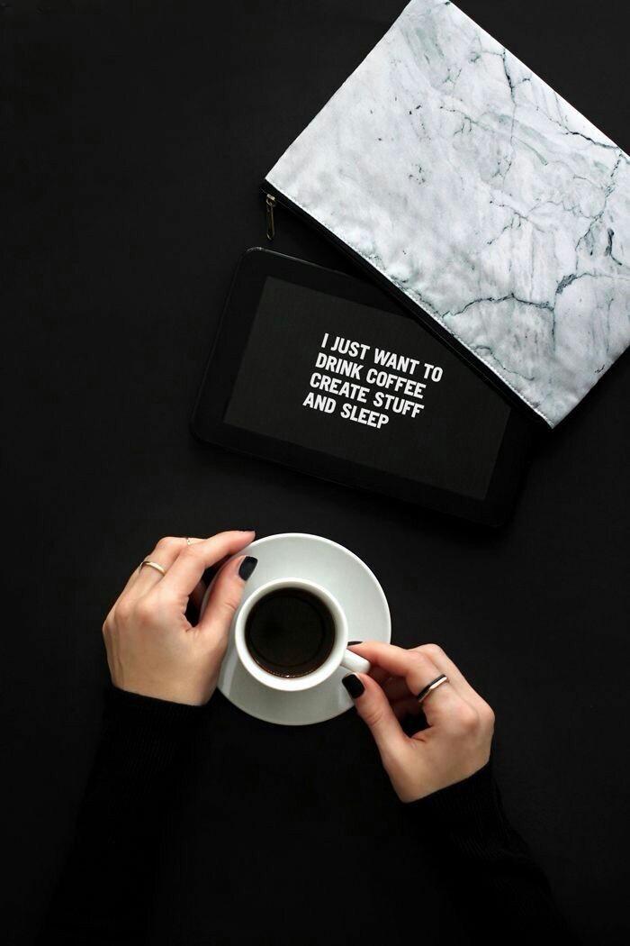 hand mit einem ring, kleine weiße tasse kaffee, guten morgen bilder kostenlos, zwei hände mit einem schwarzen nagellack