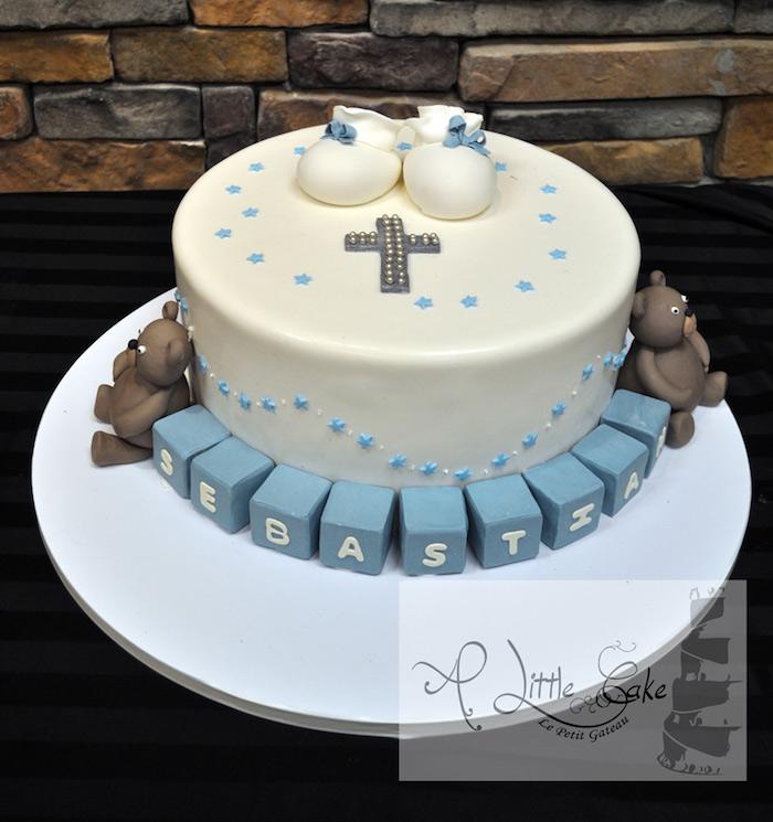 Tauftorte mit Babyschuhen aus Fondant, zwei Bärchen und blauen Würfeln, Kreuz mit kleinen Perlen