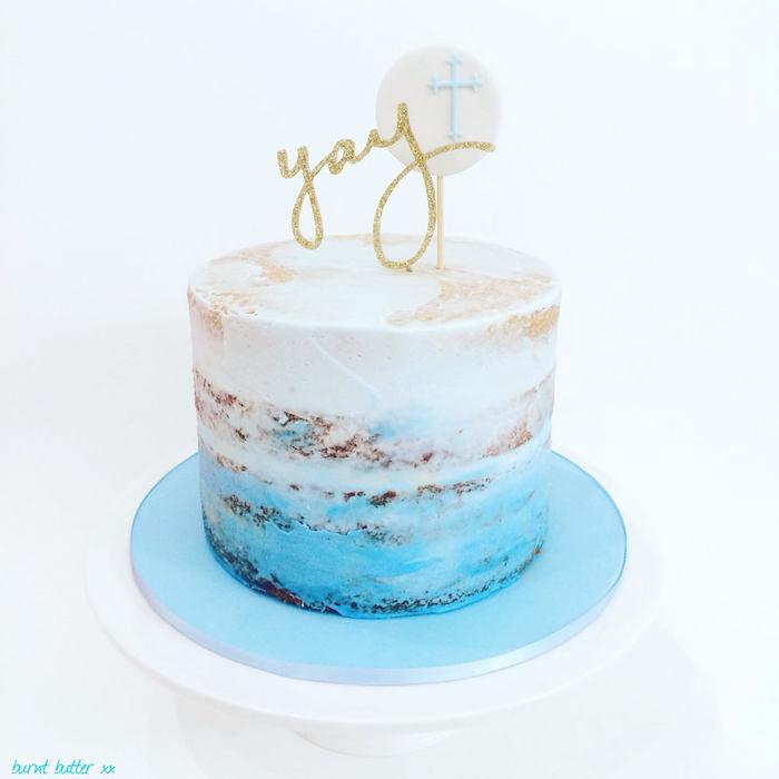 Naked Cake zur Taufe mit weißer und blauer Creme, Aufschrift YAY mit goldenem Glitter