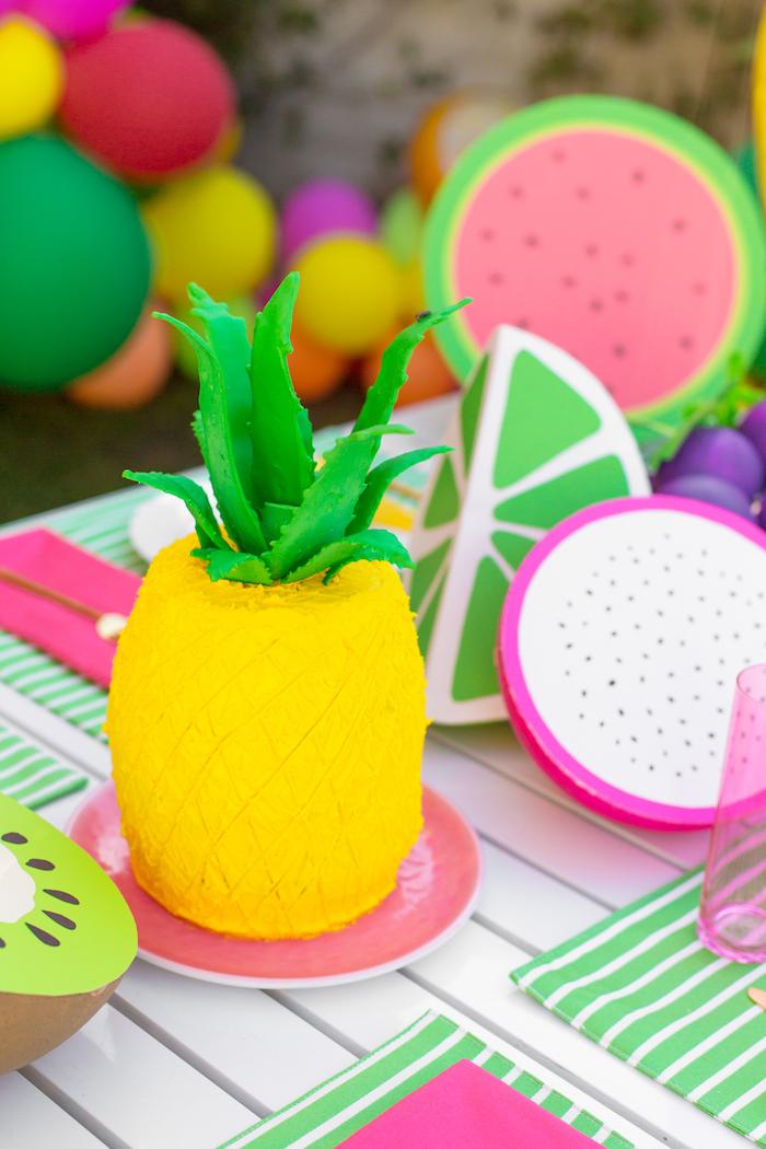 Auffällige Torte in Form von Ananas selber backen, Torte zum Kindergeburtstag, Sommerparty planen