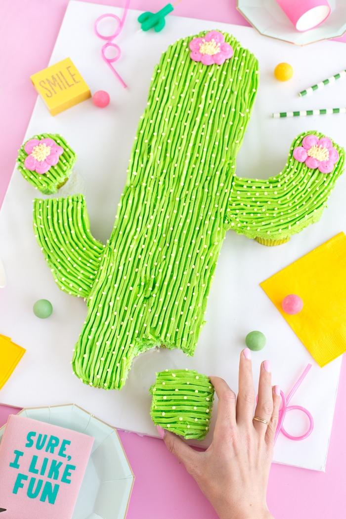 Leckere und leichte Torte in Form von Kaktus selber backen, mit grüner Creme und kleinen Zuckerperlen dekorieren