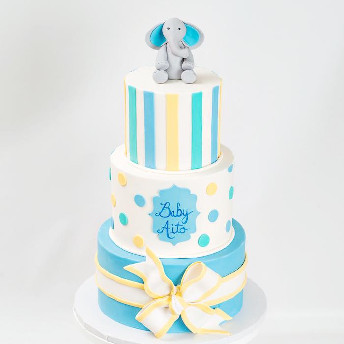Torte zur Taufe für Jungen, dreistöckige Torte mit Fondant, Elefant und Schleife aus Fondant, Name des Babys