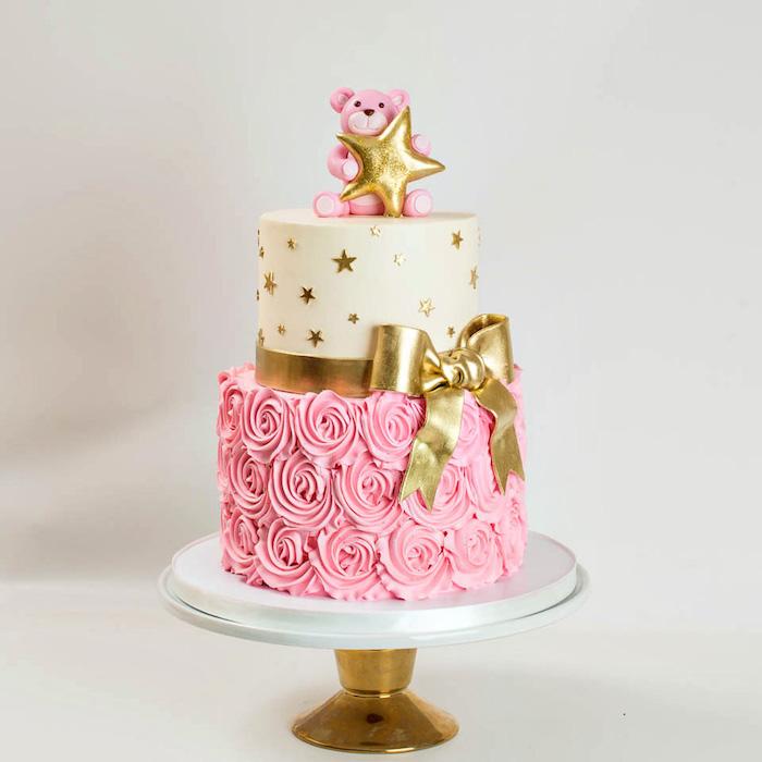 Zweistöckige Torte mit Fondant für Mädchen, goldene Schleife und Bär aus Fondant, Rosen aus Creme