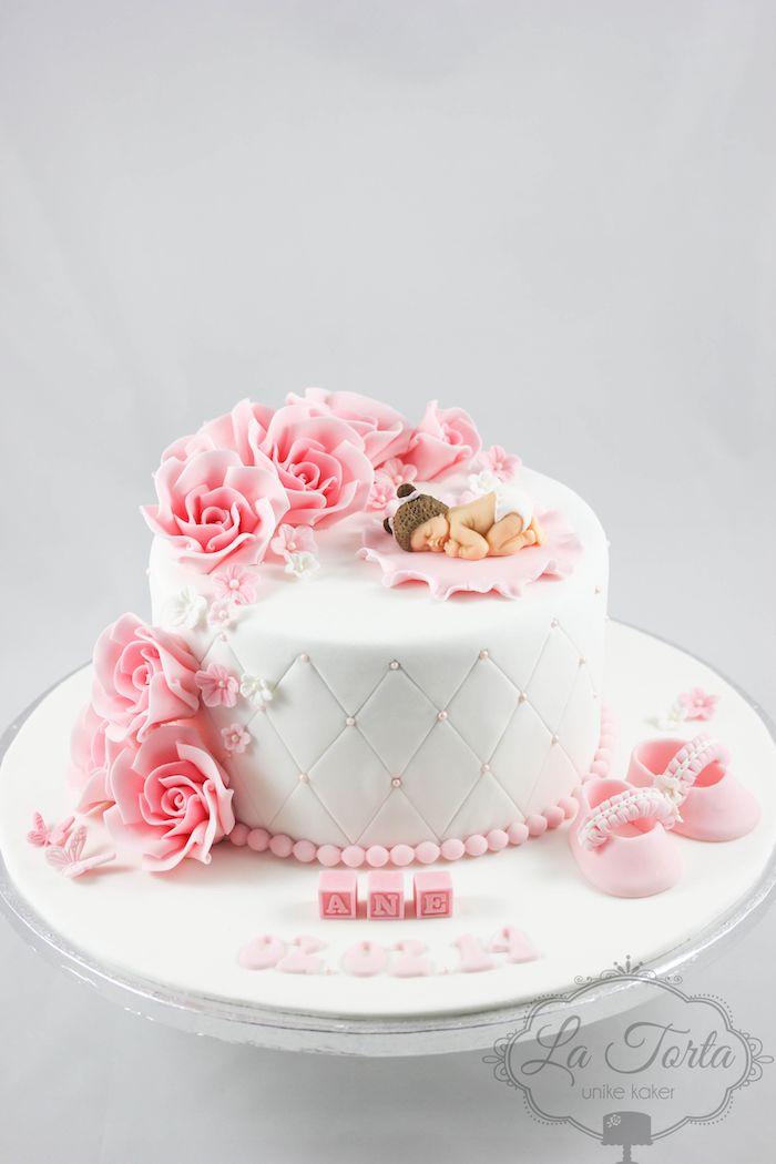 Wunderschöne Tauftorte für Mädchen, dekoriert mit Rosen und Baby aus Fondant, kleine Zuckerperlen