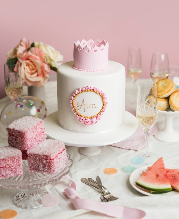 Prachtvolle Torte zur Taufe mit Krone aus Fondant, in Rosa und Weiß, Name des Babys in Rahmen aus kleinen Blumen