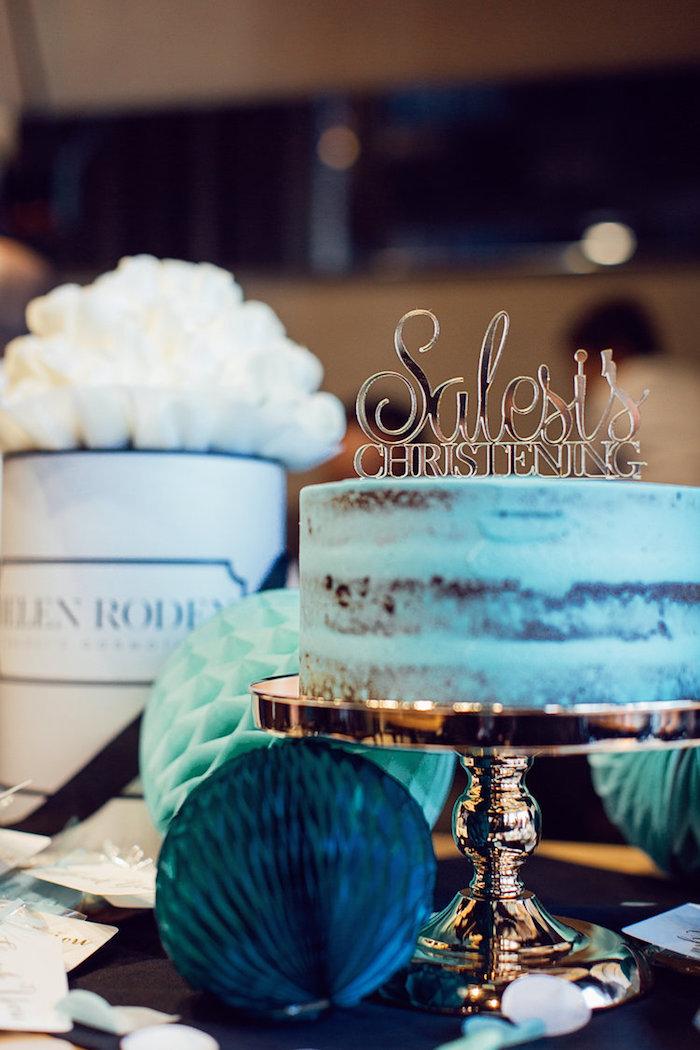 Naked Cake mit goldener Aufschrift, Torte mit blauer Creme zur Taufe auf Tortenständer