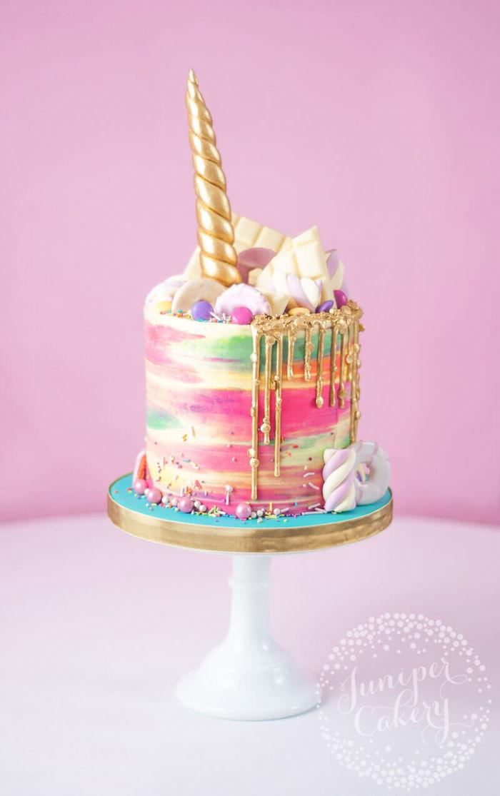 Einhorn Torte zur Taufe für Mädchen, goldener Horn und bunte Creme, weiße Schokolade und Marshmallows