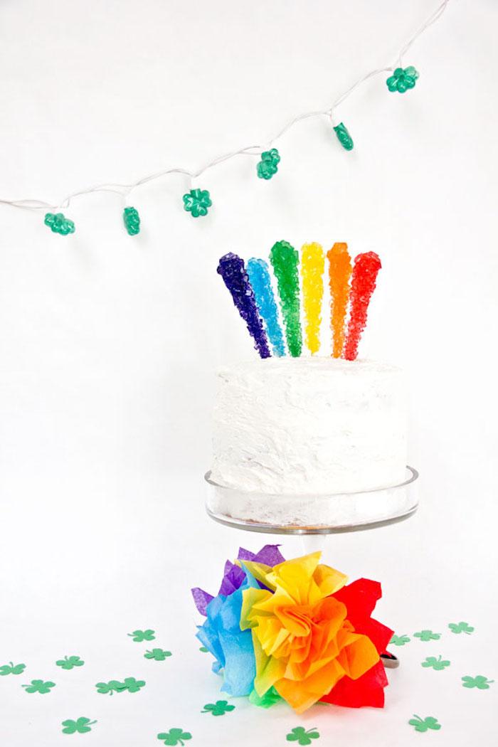 Leichte und leckere Torte mit Schlagsahne und bunten Lutschern zur Taufe oder Baby Shower
