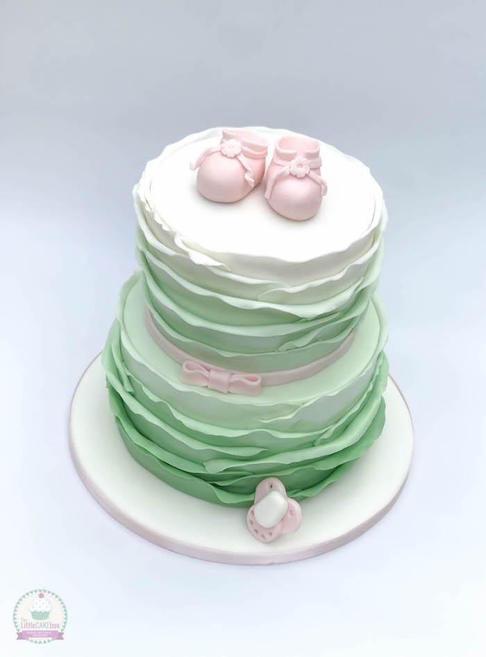 Zweistöckige Tauftorte mit Babyschuhen aus Fondant, mit weißer und grüner Creme