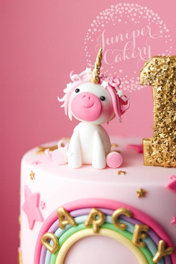 Kleine Einhorn Figur aus Fondant, Regenbogen und bunte Sternchen, Geburtstagskerze mit goldenem Glitter