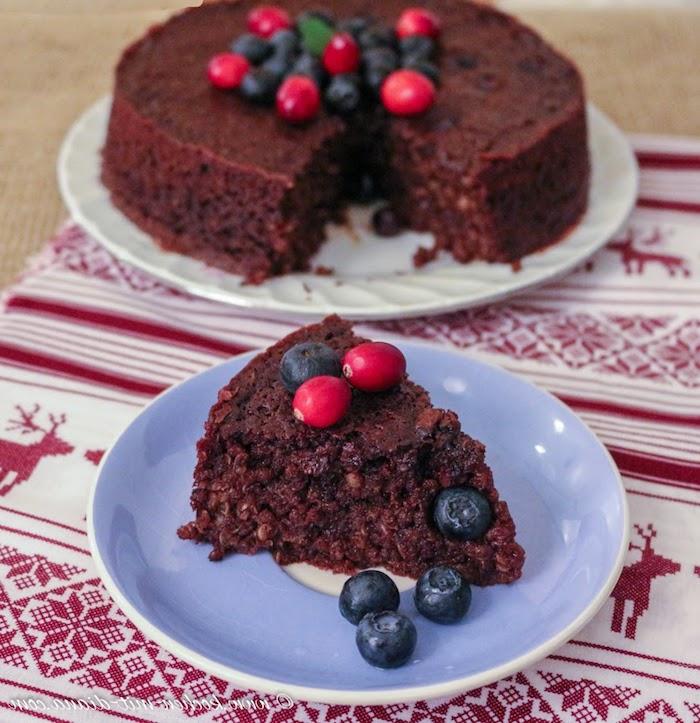 kuchen aus quinoa low carb, blaubeeren, rote beeren, tischdecke, elch