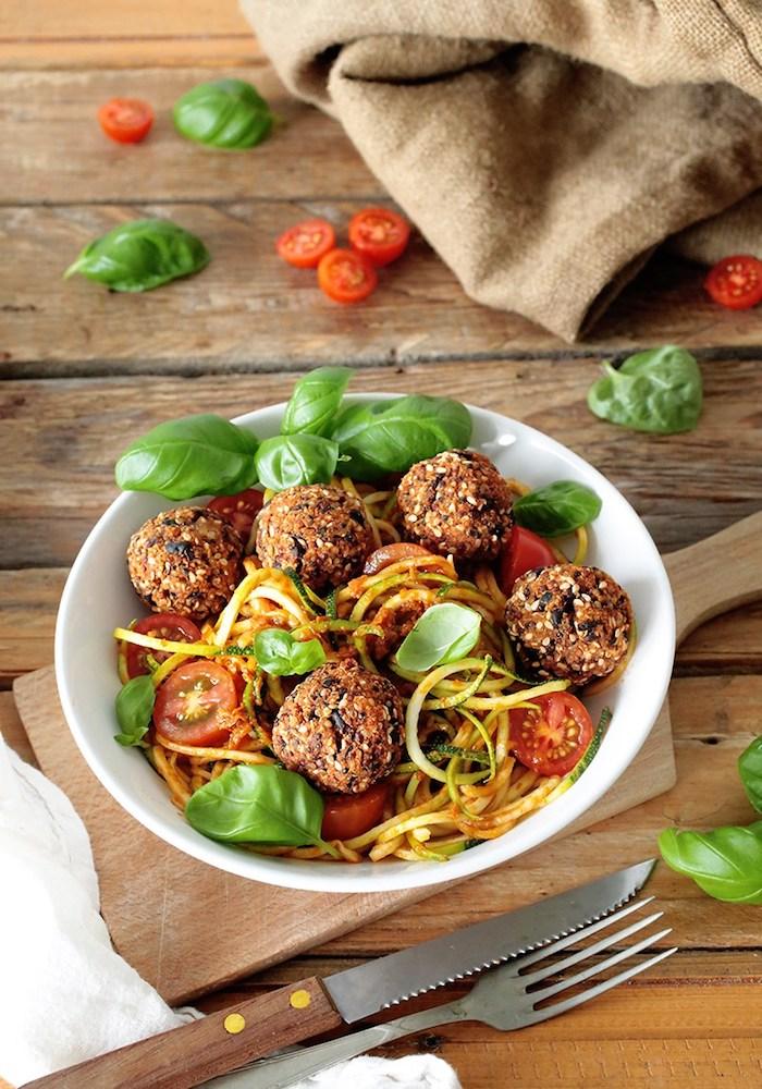 quinoa low carb rezepte, zucchini spaghetti, basilikum, cherry tomaten, holztisch