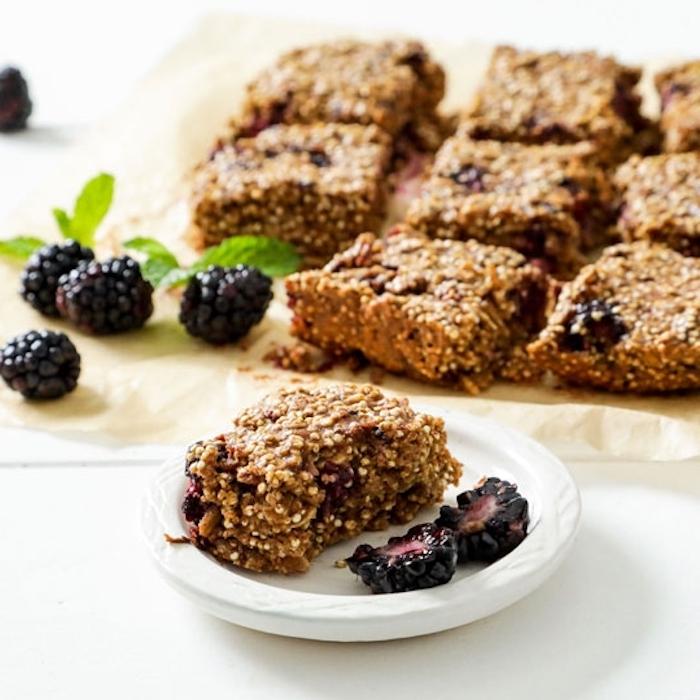 quinoa süßigkeiten low carb rezepte mit schwarzen beeren, rezeptideen, kuchen oder snack bars mit minze und quinoa