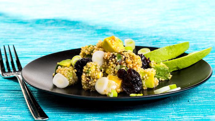 quinoa salat rezept mit avocado, basilikum, gewürzen, schwarze teller, blaue teller