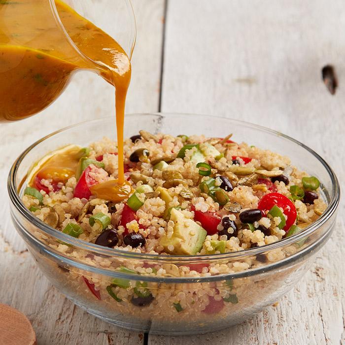 quinoa salat rezepte mit spezieller soße, avocado, tomaten, oliven, zwiebel ideen