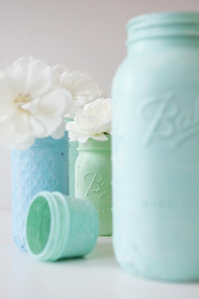 wenn Sie die Vasen fertig sind, können Sie diese mit Blumen füllen, blaue und grüne Vasen