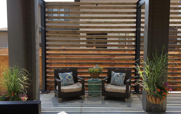 kleiner grüner tisch und zwei stühle aus rattan, sichtschutz balkon ideen, ein holzzaun sichtschutz terrasse