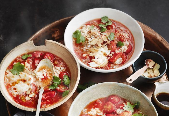 quinoa abnehmen, petersilie, mozzarella, tomatensuppe, drei schüssel mit löffeln