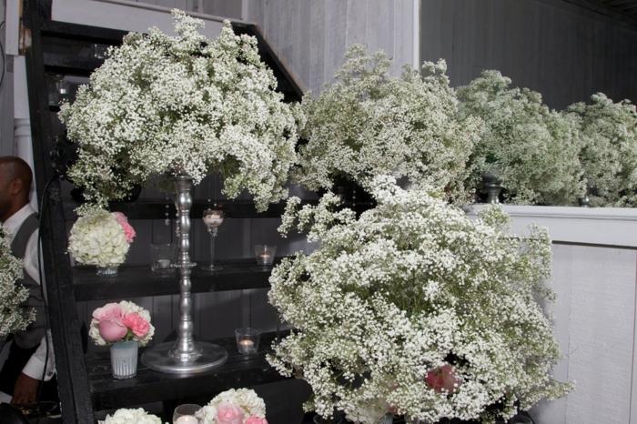 weiße Blumen als Hochzeitsdeko, alles für die Hochzeit, silberne Ständer und kleine rosa Vasen