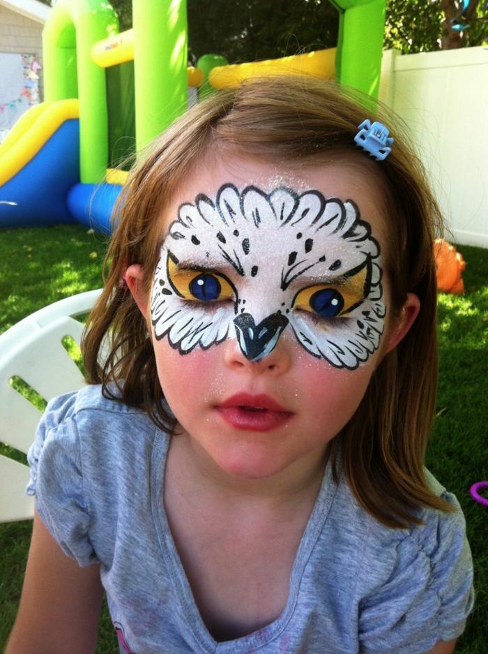 eine Eule schminken, ein Mädchen mit weißer Schminke wie die Eule Hedwick, Halloween Schminktipps