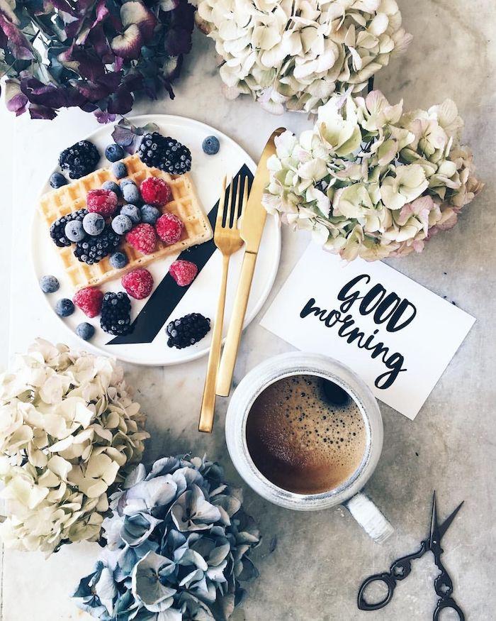 kleine weiße tasse mit kaffee, tisch mit weißen und blauen kleinen blumen, ein weißer teller mit kuchen mit blaubeeren, guten morgen mein schatz bilder