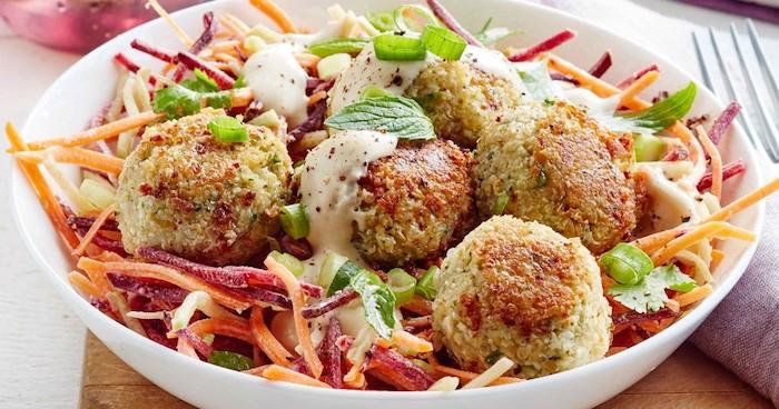 vitaminensalat mit quinoa, möhren, rote rübe, minze, frikadellen aus quinoa, vegane speisen