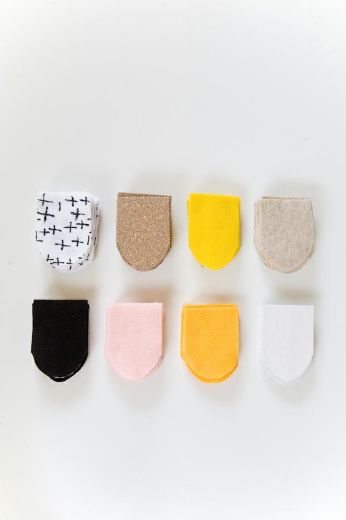 die kleinen Stoffstücke in verschiedenen Farben, die als Hochzeitsdeko dienen, Ideen für Hochzeit