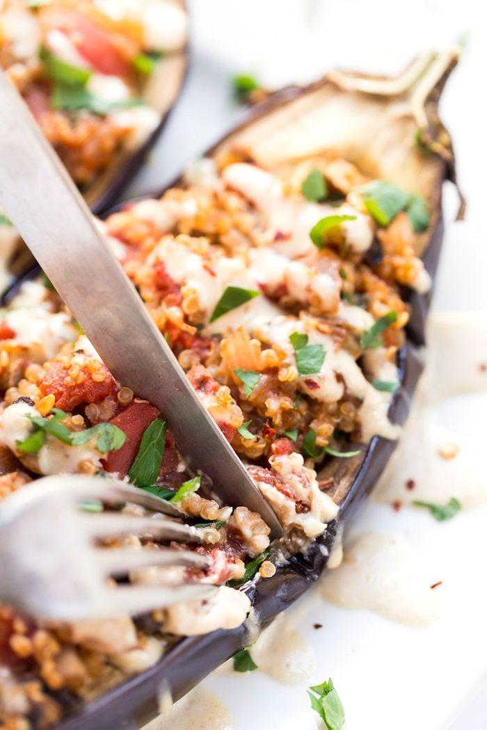 wie kocht man quinoa, aubergine speise lecker gefüllt mit bunte füllung aus fleisch, samen und gemüse