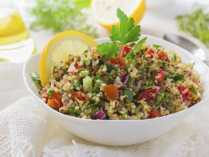 quinoa gepufft rezepte, salat ideen zitrone, tomaten, petersilie, zwiebel, schüssel