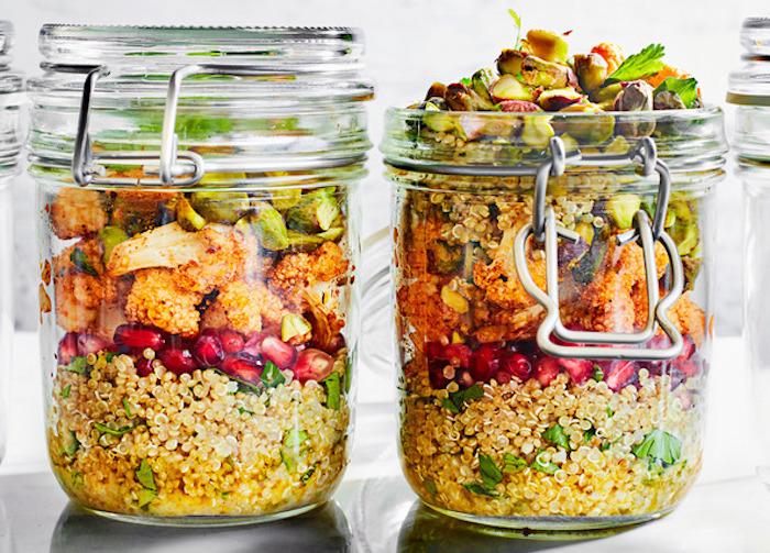 quinoa glutenfrei salat in einmachglas, granatapfel, hähnchen, avocado, croittoins
