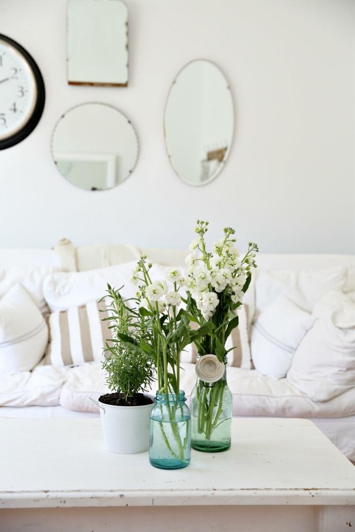 eine Idee, wie die Vasen zu arrangieren, die Vasen sind voll mit weißen Blumen, Deko für Hochzeit
