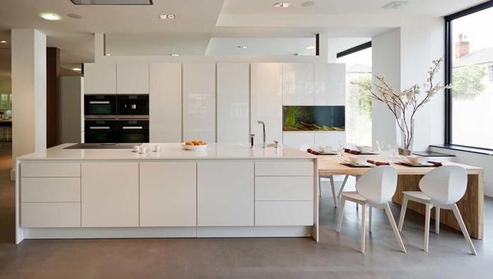 wohnungseinrichtung ideen, designer küchenmöbel, weiße schränke, ofen, tisch aus holz